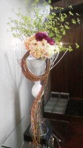 夕方、お客様用の玄関を飾る、生花が届きました!!