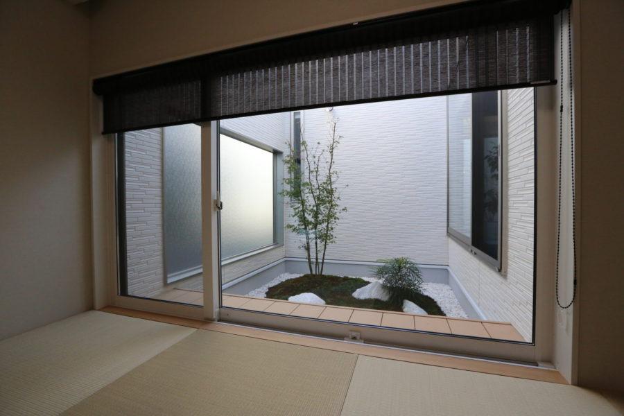 和室には自然の潤いを感じられる坪庭を採用