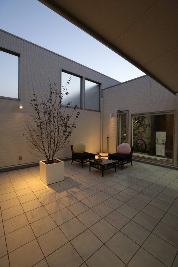 外部からの視線から守られた中庭は完璧なプライベート空間。一人の時間も家族との時間も心置きなく楽しめる