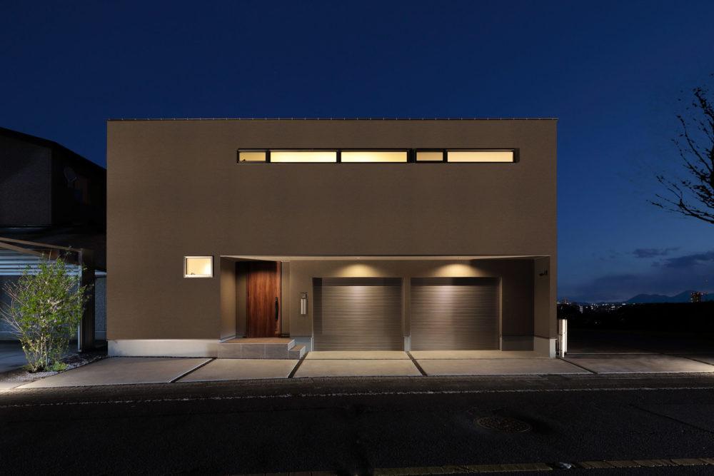 道路からの外観はプライバシーに配慮した窓配置とシンプルなデザイン