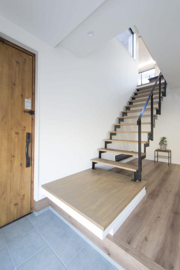 2階の窓からは階下にも日差しが注ぐ。シューズクロークには扉を設け収納と玄関を分け、スッキリ空間に