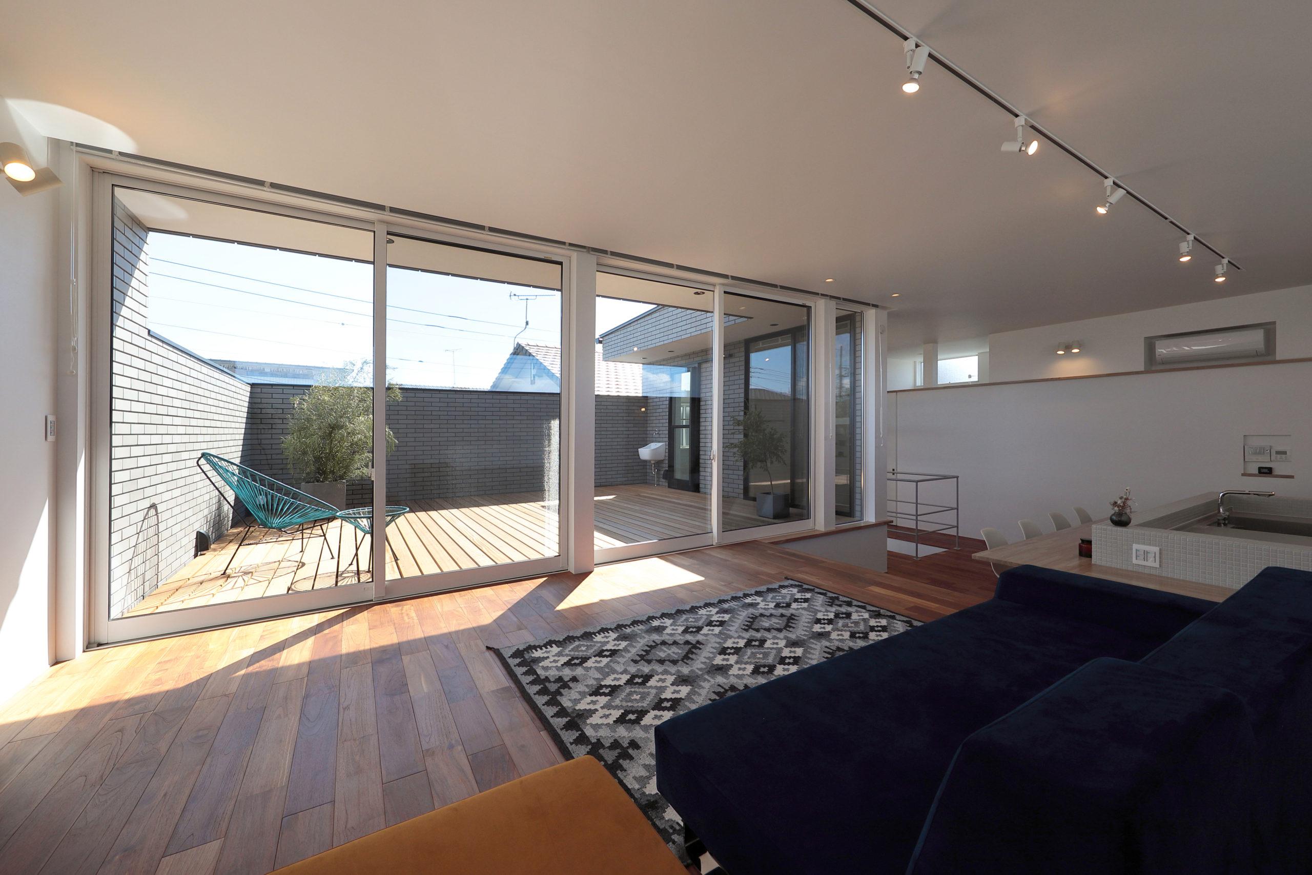 バルコニーを眺む、カーテンのいらない大間口で開放的な暮らしを実現