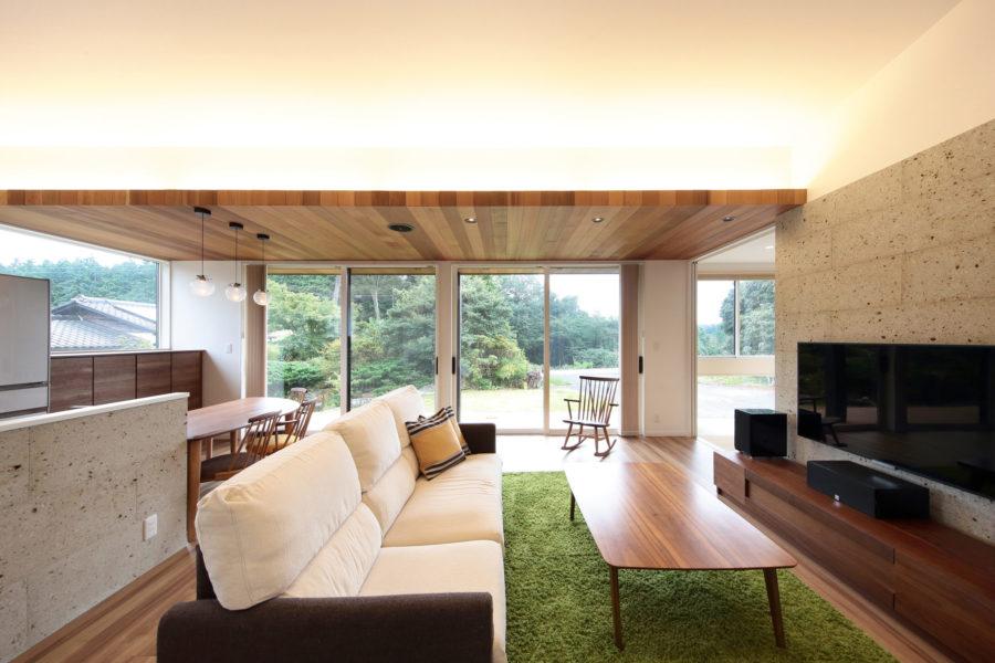 リビングには木の折り上げ天井、間接照明、大谷石を採用し、高級感とあたたかみをプラス