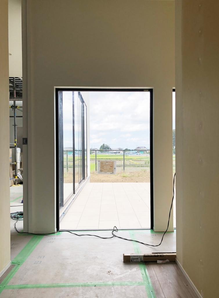 玄関ホール、中庭と繋がる窓