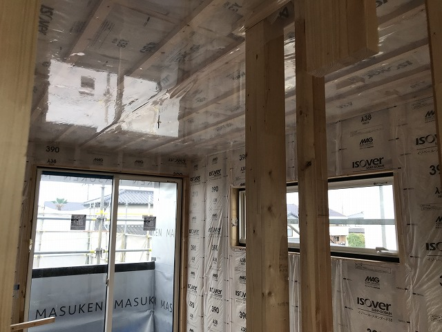 壁や天井の断熱材入れ