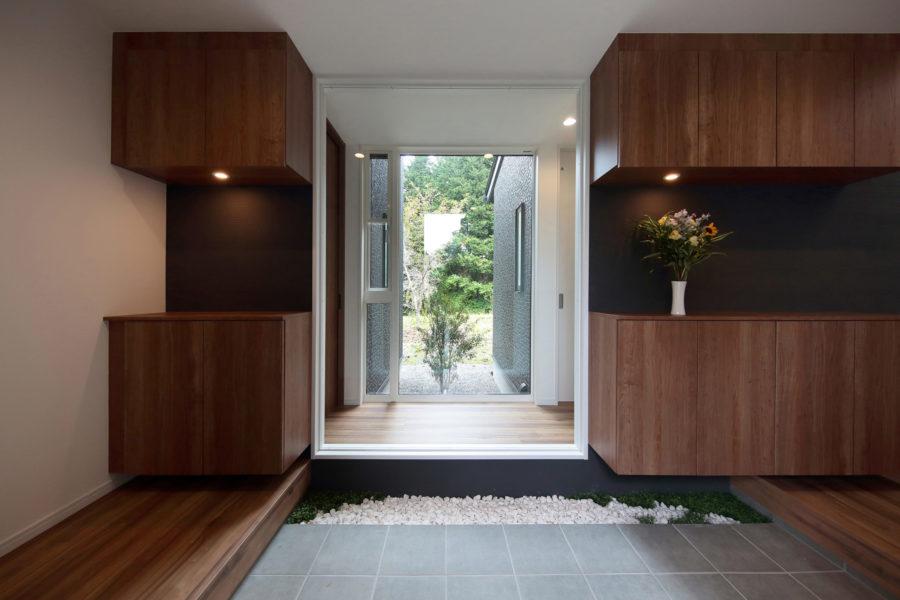 坪庭を眺められるゆとりある玄関ホール