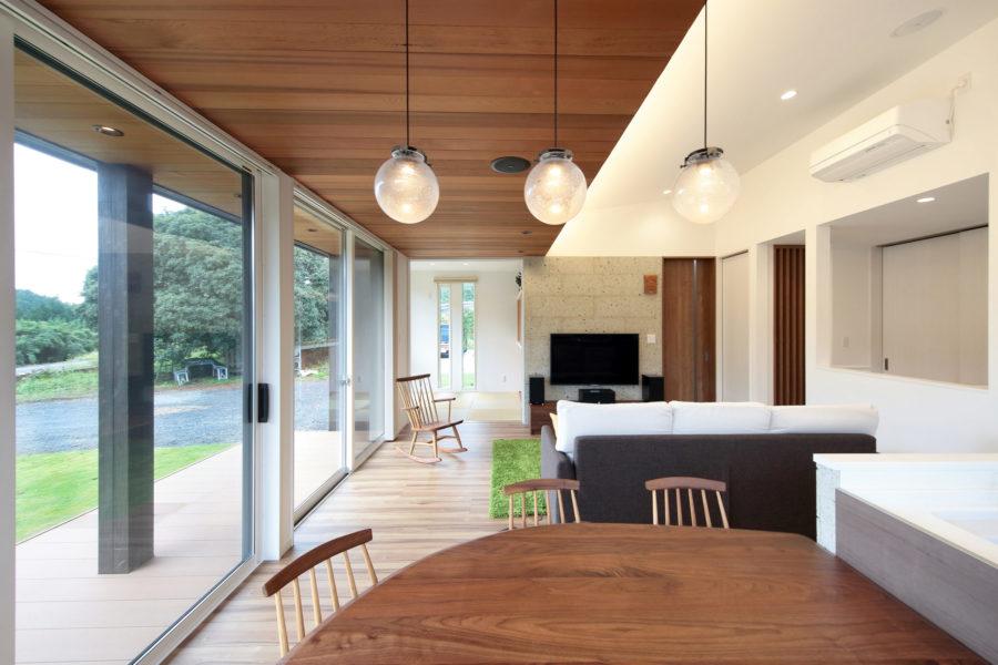 天井と軒天の素材を揃えることにより、内と外が調和し視覚的な広がりを見せてくれる