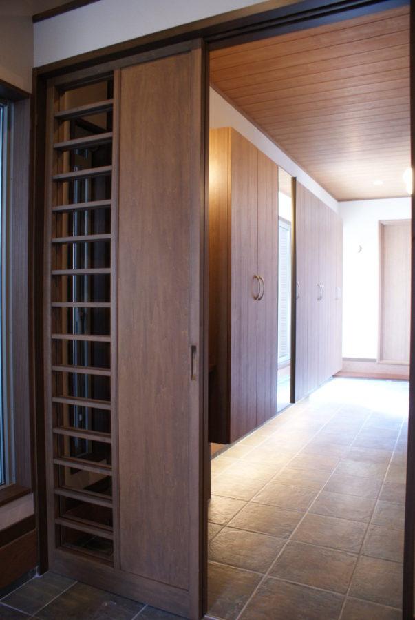 回廊の東側は玄関から書斎へと続く土間
