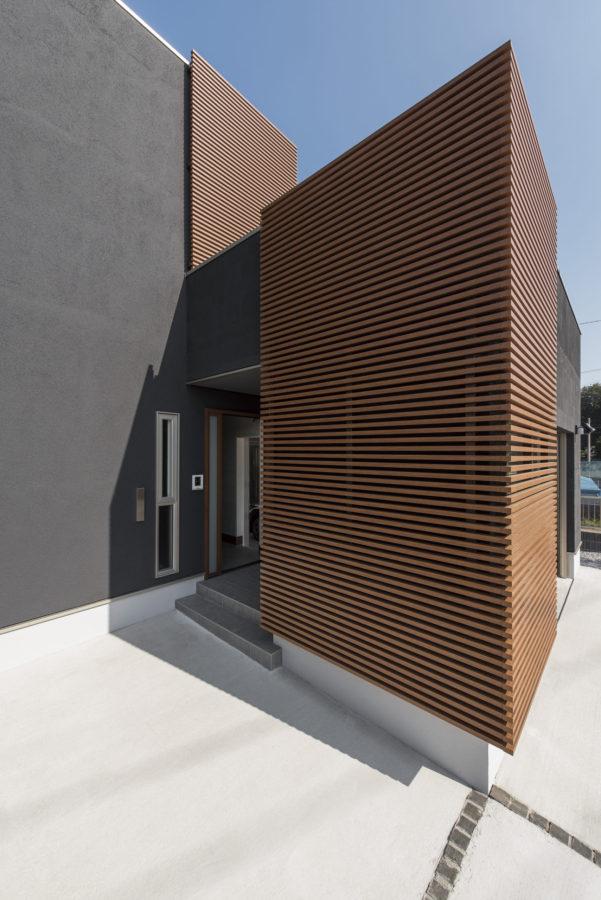 塗り壁や大谷石、木格子など異素材をバランスよく取りいれ、高いデザイン性を感じられる外観に