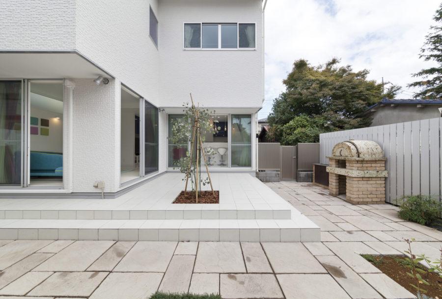 フェンスの設置や植栽など外構も施工。プライバシーに考慮したL字型の庭スペースを提案した