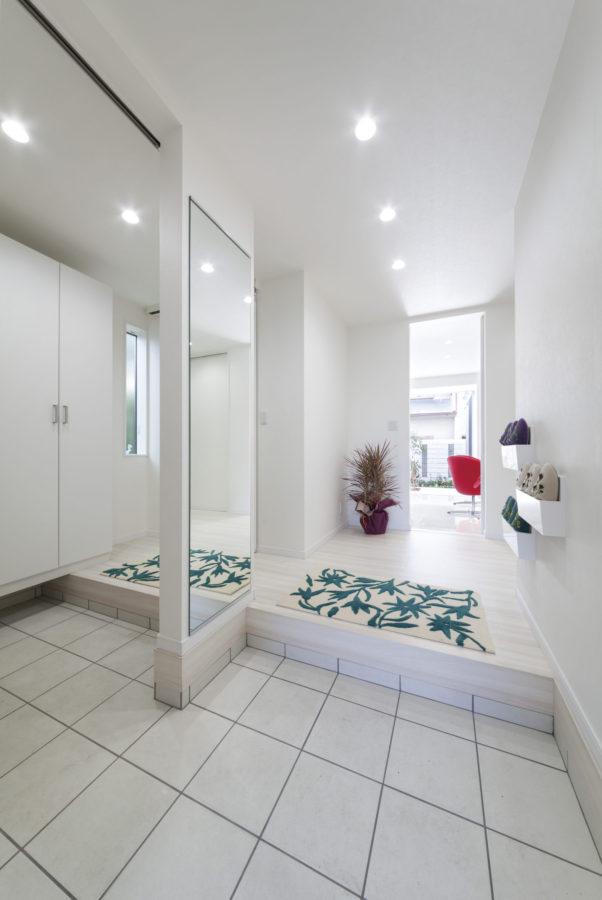 ゲスト用と家族用に分けた2WAYタイプの玄関。大きな鏡は空間をより広く見せる効果も