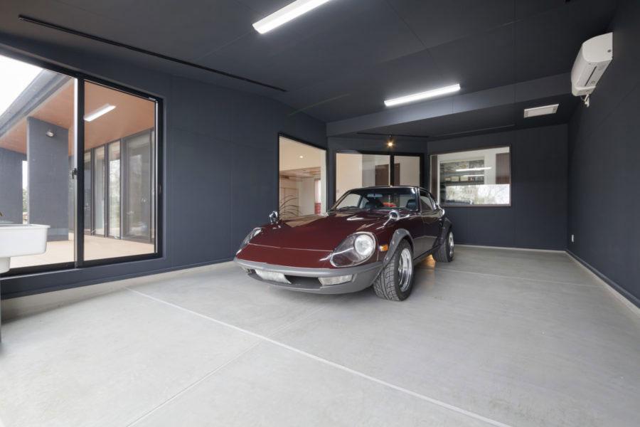 インナーガレージに面する角は斜めに切り、愛車の姿を存分に鑑賞できる大きなガラス窓を入れた。視界が広がり、LDKの空間もより伸びやかに感じられる空間設計の技だ。