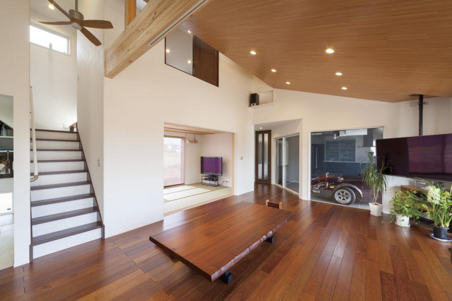 こだわりのマホガニーの床材と、細かい羽目板を丁寧にあしらった勾配天井が印象的。