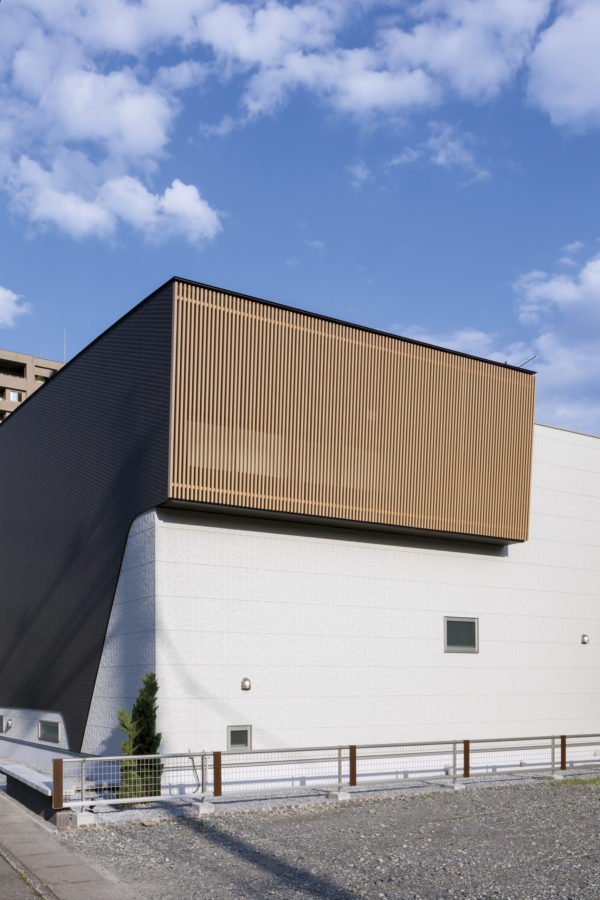 「住宅に見えないデザインを」という要望に応えた外観は、まるで美術館のよう。 磁器質タイルと防火サイディングを外壁材に使用