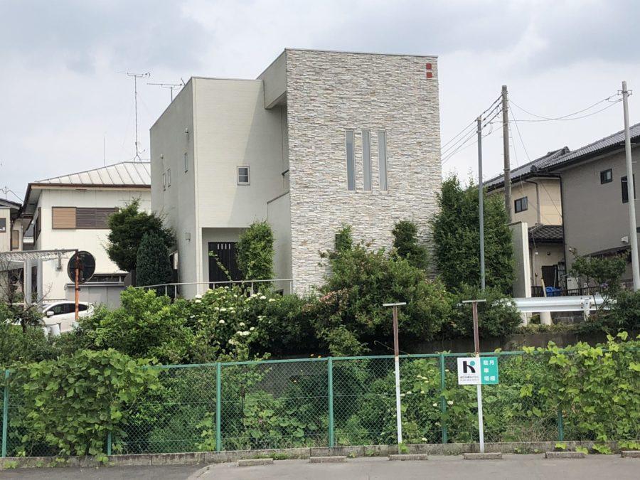 高台に建つT様邸で一番最初に目に入るのが、エルドラードストーンのアクセントウォール