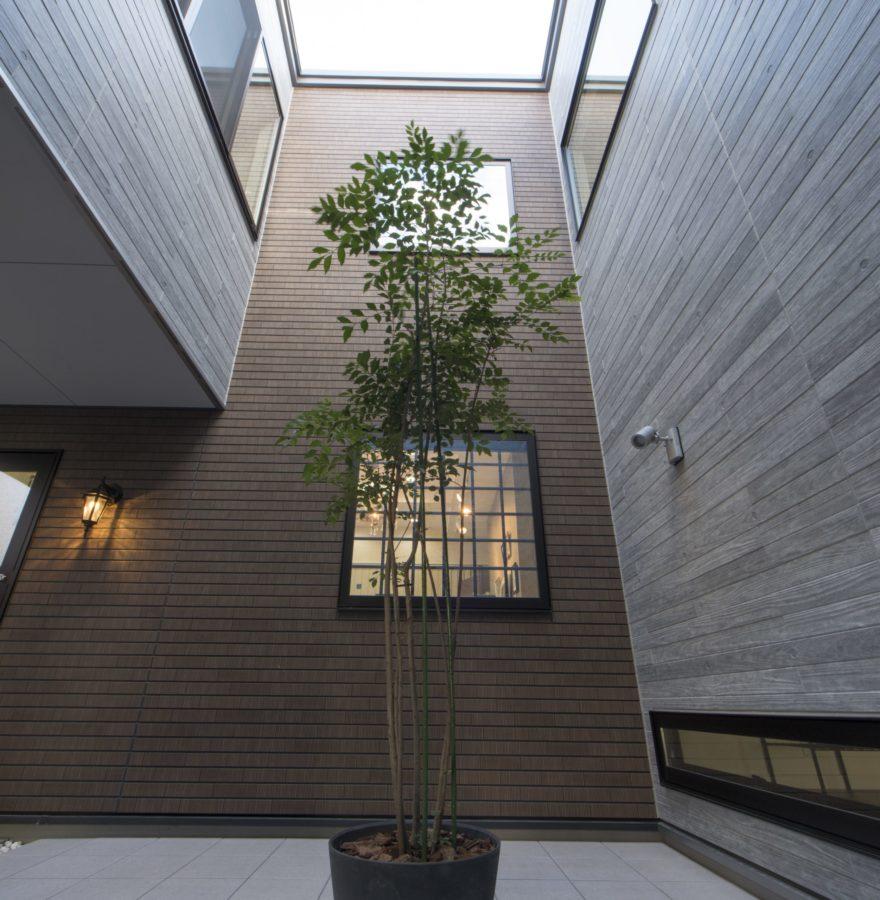 外に閉じ内に開いた設計ながらも、効果的に窓を配することで光と風を取り込むことができる。植栽のグリーンも相まって、家族だけの寛ぎの空間に加えて、自然がもたらす心地よさも味わうことができる