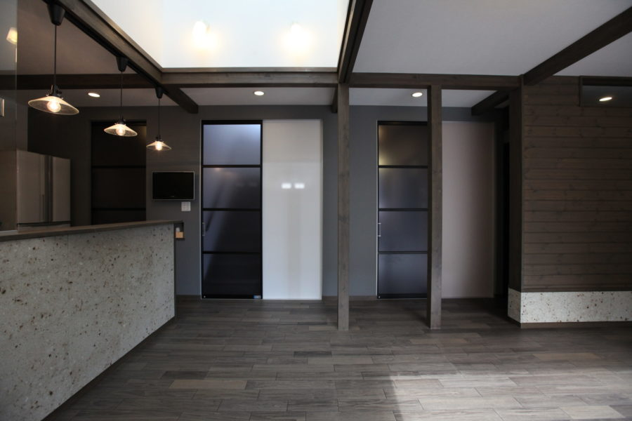 リビングに面したスペースを美しく仕切ることで、雰囲気を損なわずに冷暖房効果も上がる