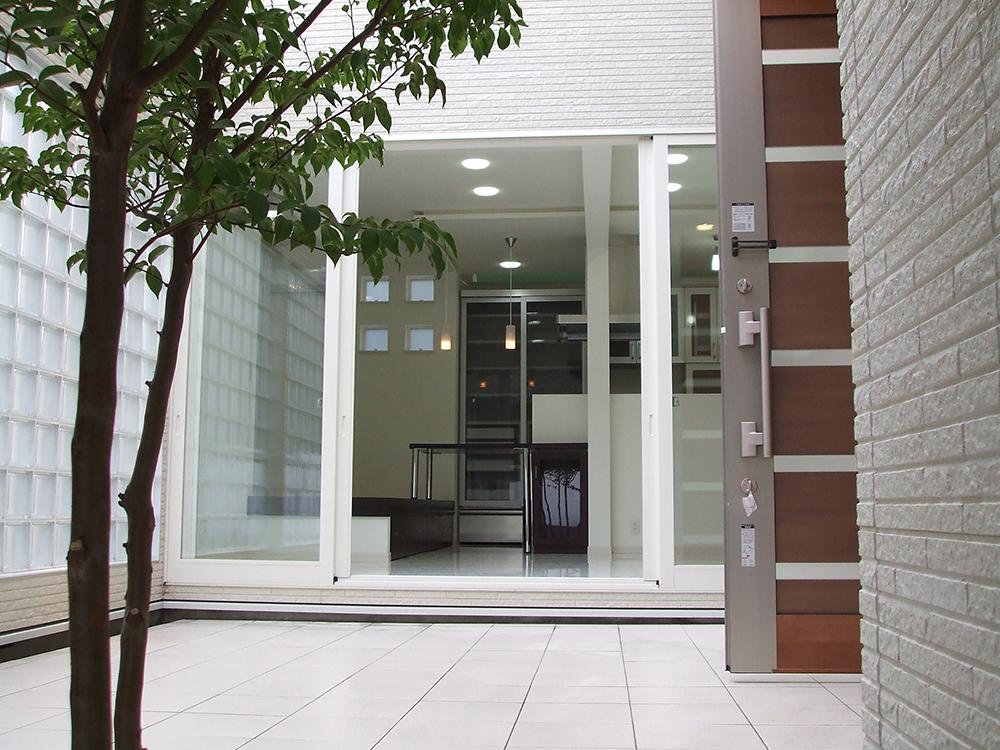 キッチンからは外部空間である中庭が内部空間のように一体感のある空間として感じることができます。