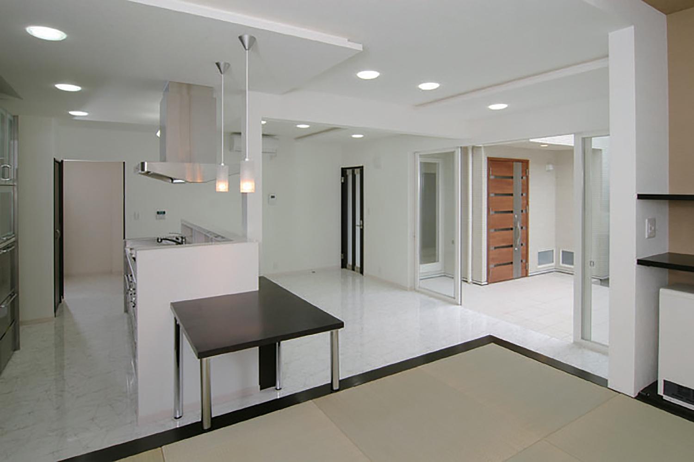 白を基調とした明るい室内空間