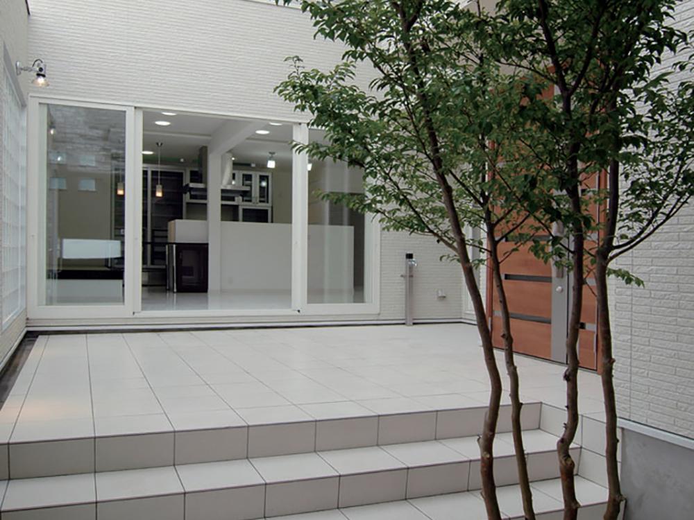 中庭の外部空間とDKの内部空間の連続性を考慮した空間配置。