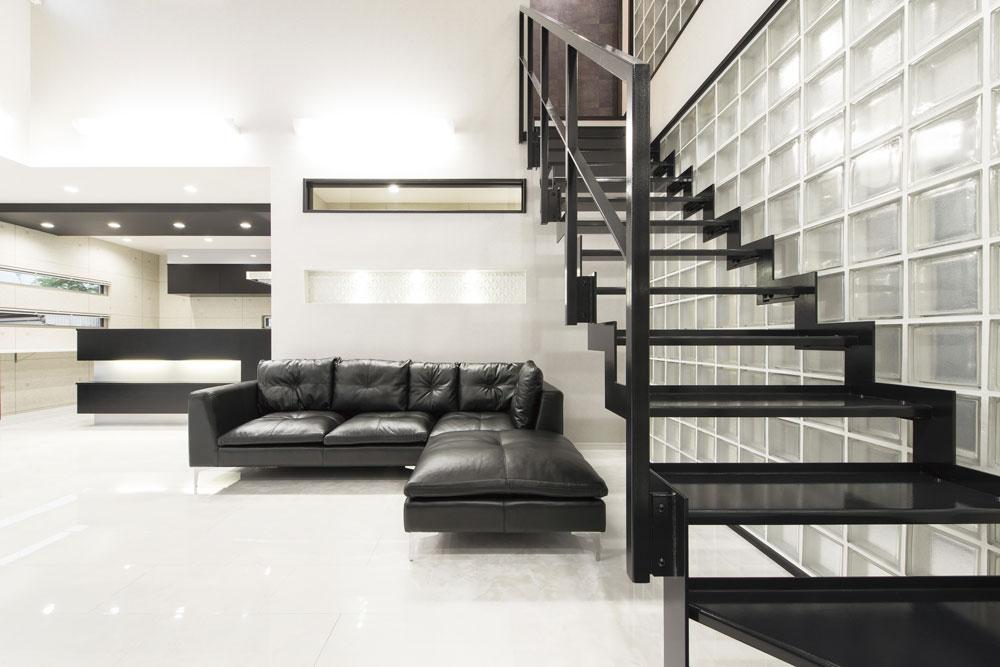 ガラスブロック壁に設置することで、シンボル的な鉄骨階段