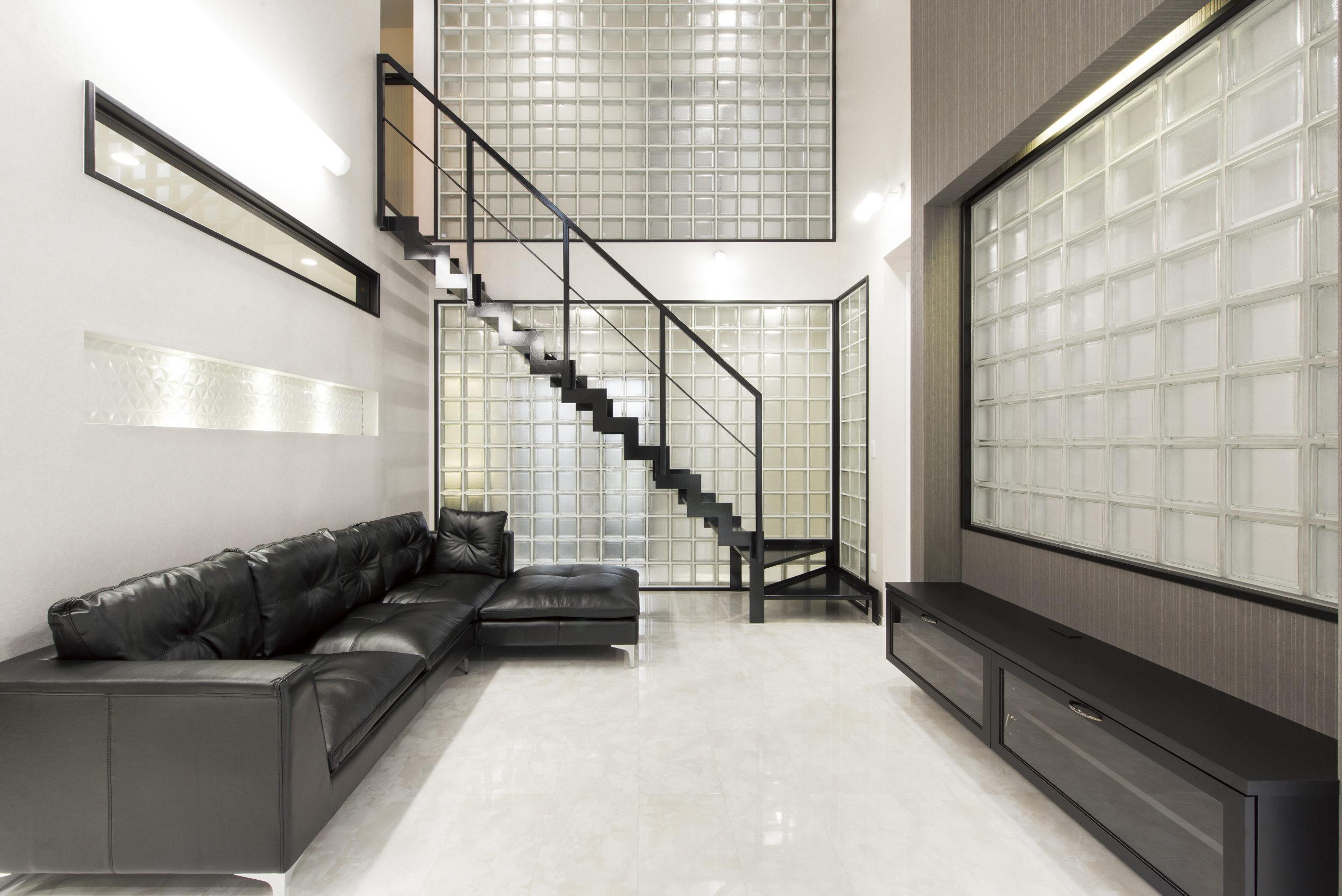 吹抜とガラスブロック壁で囲われた 贅沢かつ大空間なリビング