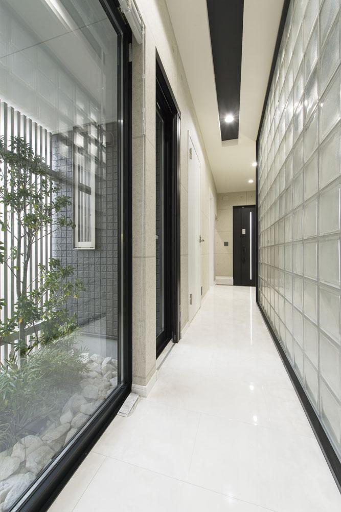 ガラスブロックと坪庭に面した開放的な廊下