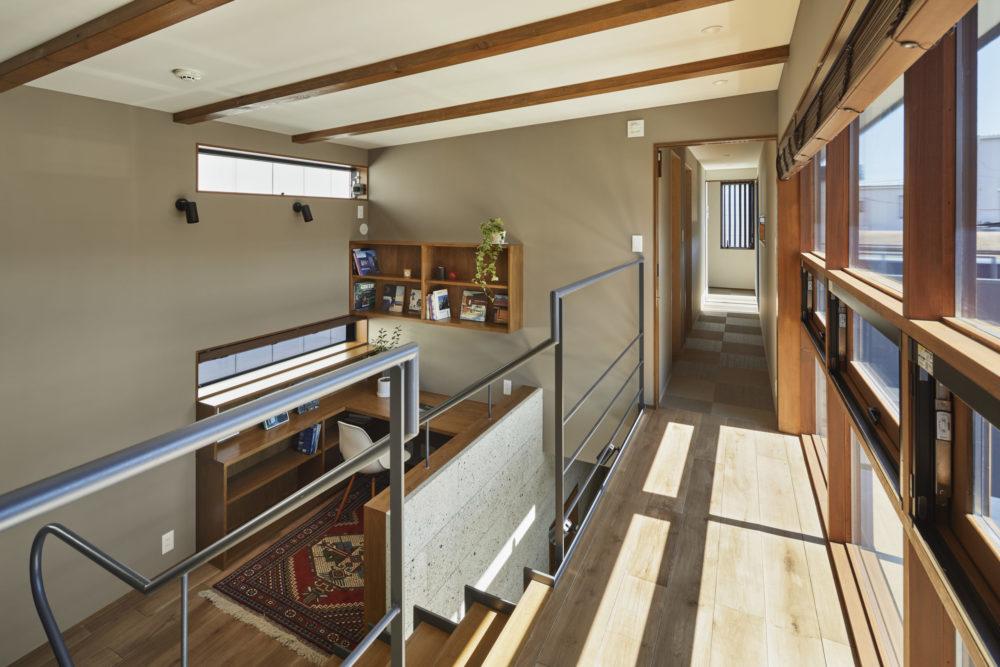 スケルトン階段を上った先の廊下はエントランスの上に設計。空間をゾーニングする独自性のある設計も同社の魅力だ