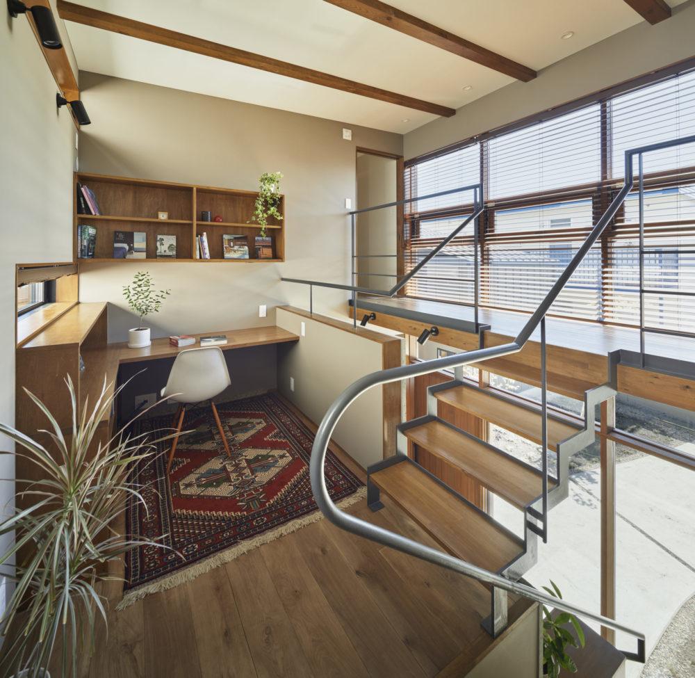 2世帯の共用部分である書斎。互いの家族と適度な距離感を保ちつつ、互いのぬくもりを感じられる。スケルトン階段にすることで階下からの日差しも感じられる明るい空間に