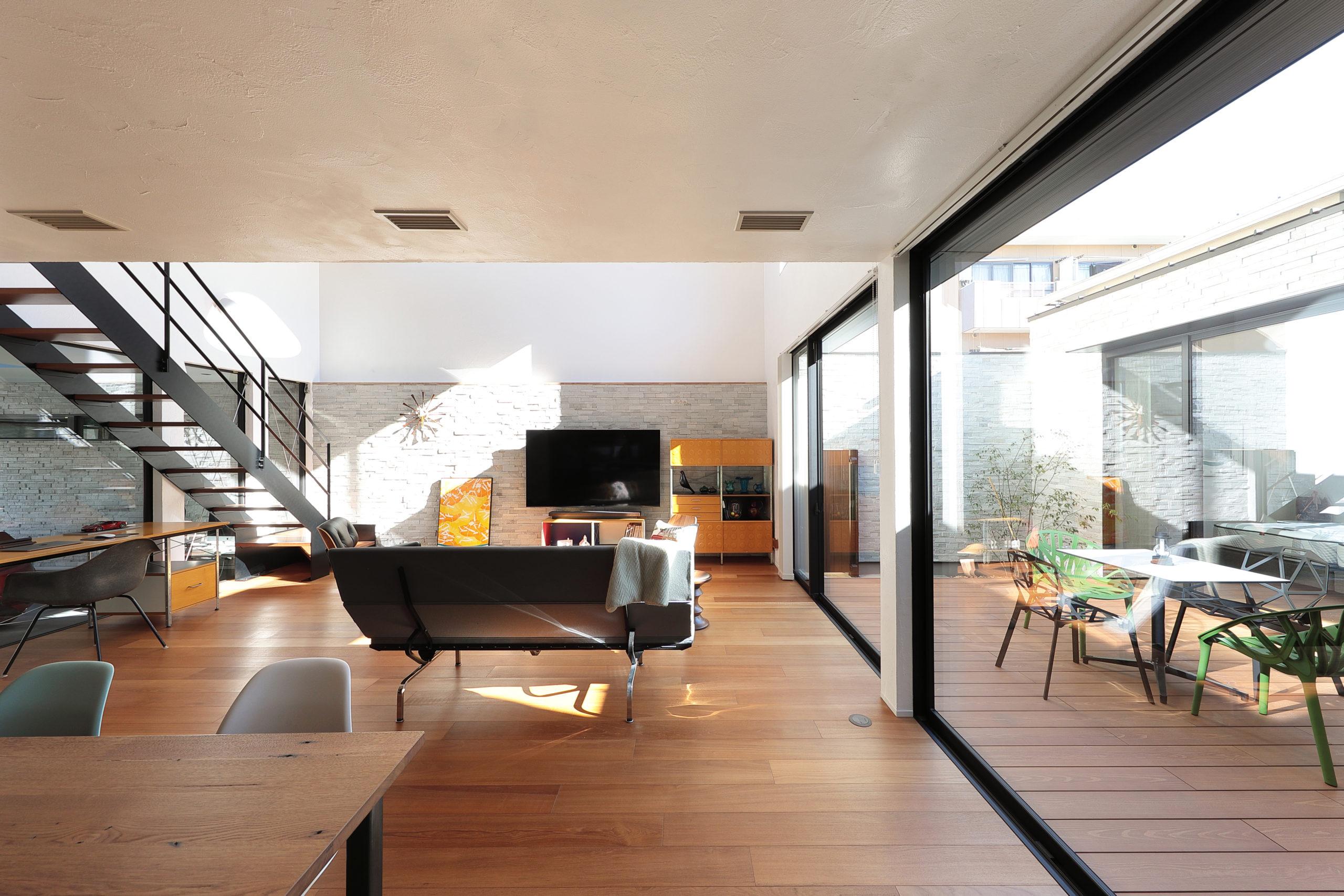 ガレージ ⇔ LDK ⇔ 中庭 ⇔ 寝室、4空間が繋がる開放的なつくり