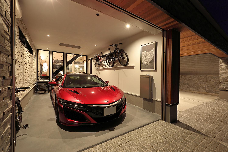 オーナーの愛車を駐車する石壁のガレージ