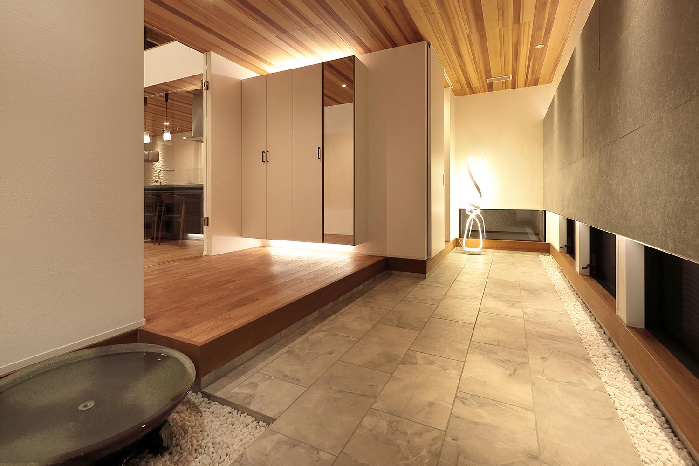 多くの来客を迎え入れることができる広い玄関。 蹲(つくばい)から流れ落ちる心地良い水音が響く。