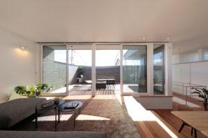 バルコニーを眺める、カーテンのいらない大開口で開放的な暮らしを楽しむ